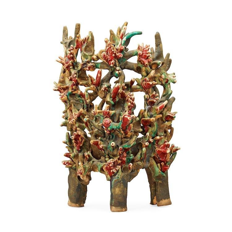 HERTHA HILLFON, SKULPTUR, SVERIGE. Glaserat lergods, i form av korall i rött och grönt.