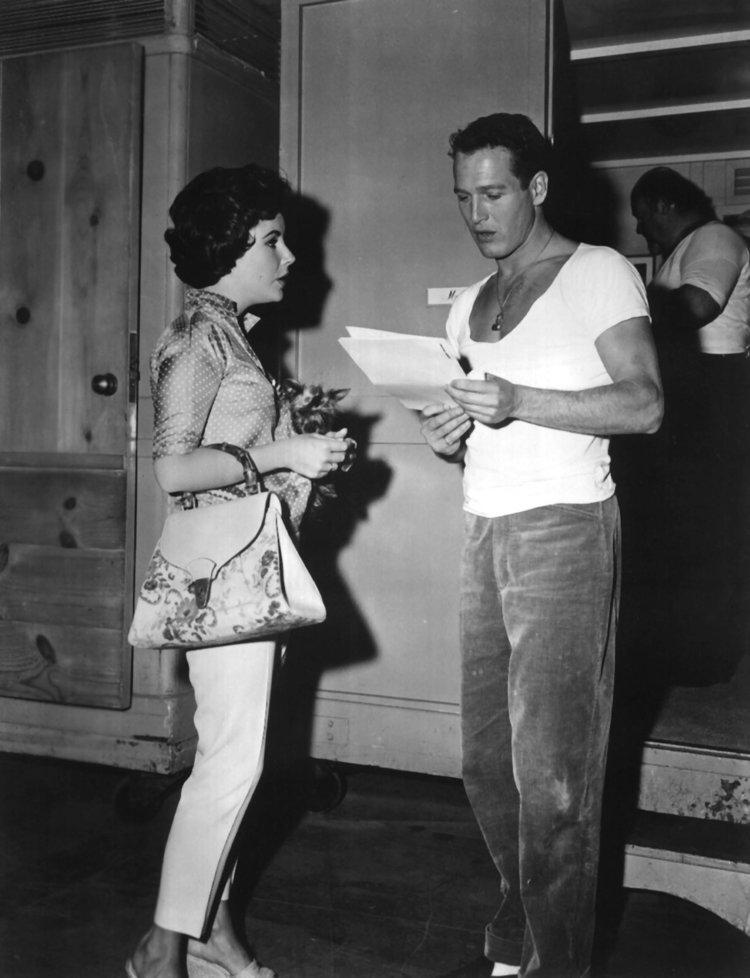 Liz Taylor (sac bambou Gucci) et Paul Newman sur le plateau du film La Chatte sur un toit brulant 1958 --- Liz Taylor and Paul Newman on set of film Cat on a Hot Tin Roof 1958