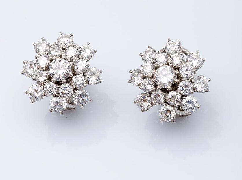Paire de boucles d'oreilles fleurs en or gris 18 carats serties de diamants taillés en brillant.  Pestel-Debord