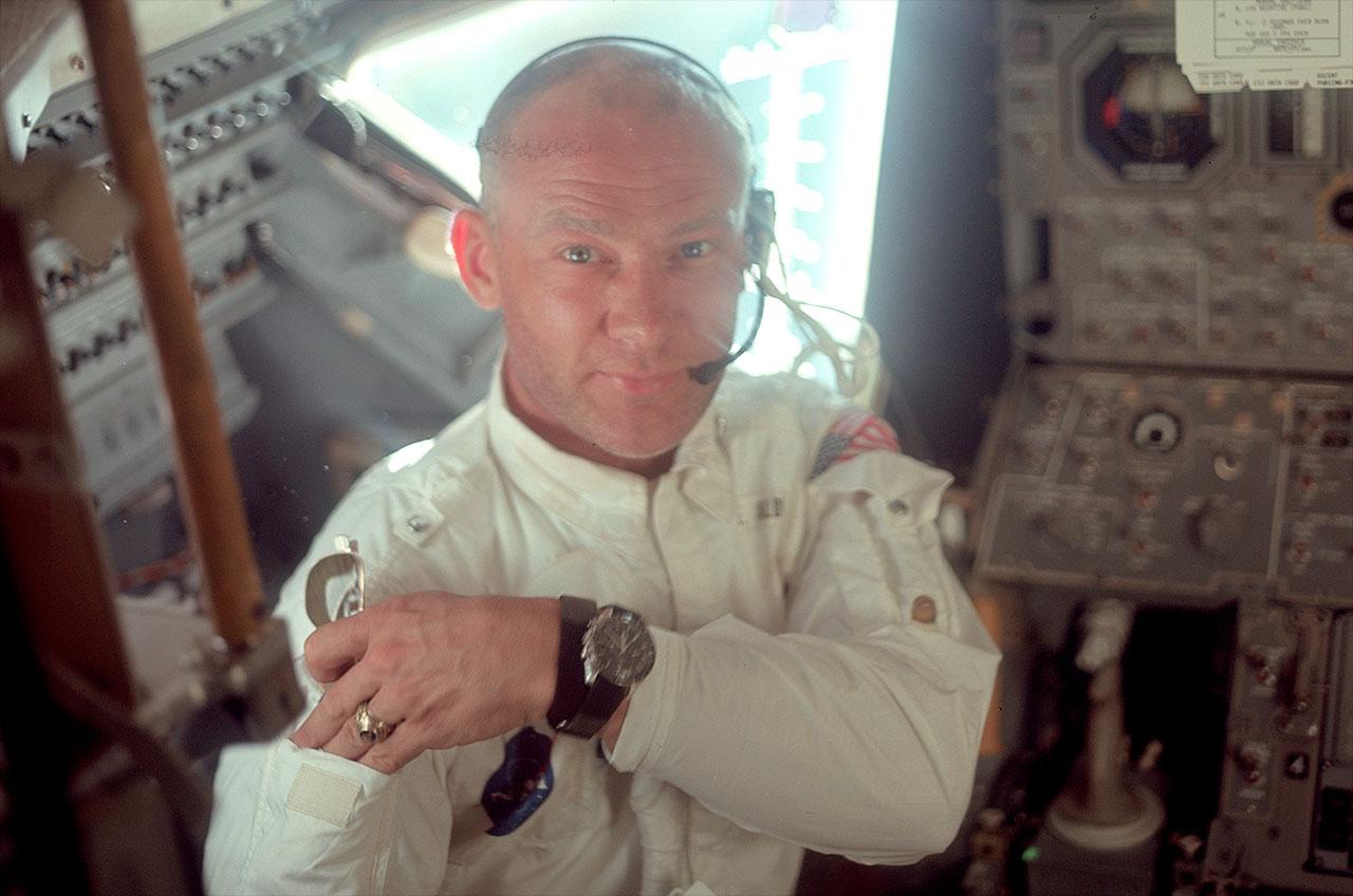 Buzz Aldrin med den första klockan på månen. Bild: collectspace.com