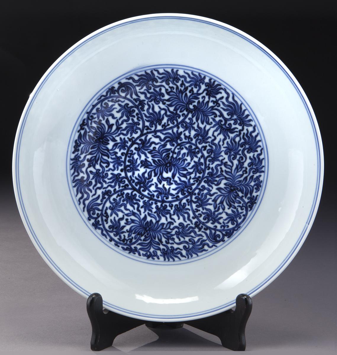 Assiette bleu blanc impériale Qing Yong Zheng à motifs de lotus