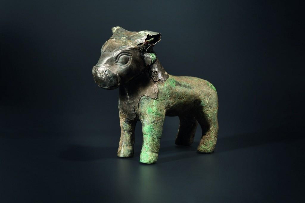 Sculpture de taureau en bronze avec garniture d'argent, 16e-15e siècle avant JC Estimation: 20 000 EUR