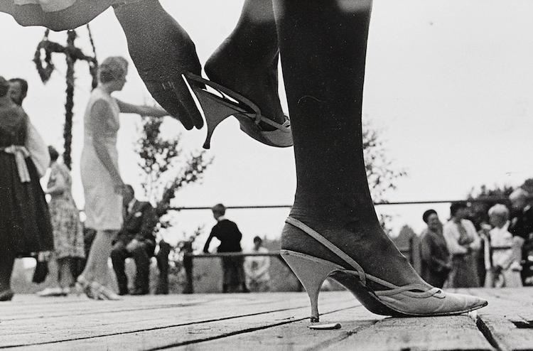 Det kunde ha varit en fotorealistisk målning av Ola Billgren från tidigt 1960-tal, men det är ikoniska gealtinsilverfotografi av Rolf Wertheimer från midsommarfirandet i Hedesunda 1968. Fotografiet klubbades för 7 000 kronor