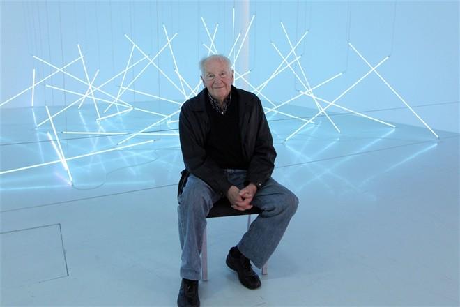 François Morellet, devant l'une de ses installations de néons Image ©AFP
