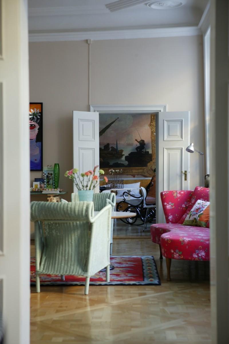 Im Arbeitszimmer befinden sich ein Sofa von Move Furniture sowie Stühle von IKEA, die nachträglich bemalt wurden. Der Teppich stammt von Inside Interior, der Schreibtisch ebenfalls von IKEA.