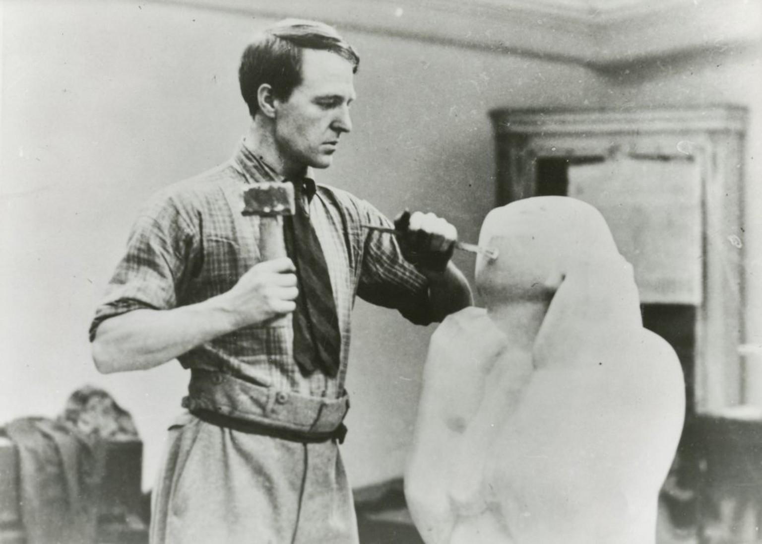 Photographie de Henry Moore en train de tailler la pierre dans les studios Grove, au numéro 3, à Hammersmith, 1927 © The Henry Moore Foundation