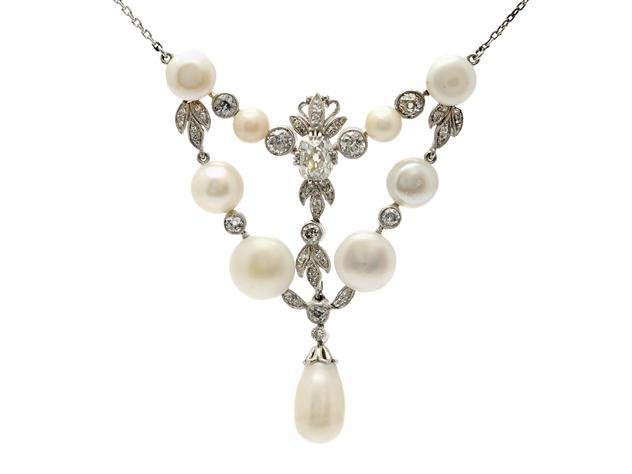 COLLIER, platina, 9 pärlor några troligen flodpärlor, 1 antikslipad diamant ca 0,90 ct, ca Cr/VS2, 49 gammal, enkel och rosenslipade diamanter ca 1,20 ctv, ca år 1900, längd 43 cm, vikt 14,6 g, lås delvis guld, etui. Utrop: 28,000 SEK.