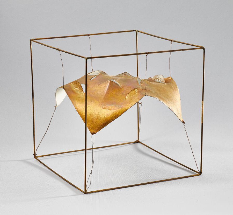 Nr 1853. Lasse Stevenfeldt (1930-2014), metall, tråd, ej signerad bearbetat papper, 25x25x25 cm, skadad. Utrop: 1 000 SEK.