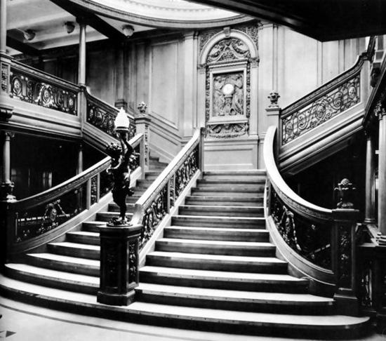 Die berühmte Wanduhr im Treppenaufgang der 1. Klasse | Foto via vongestern.com