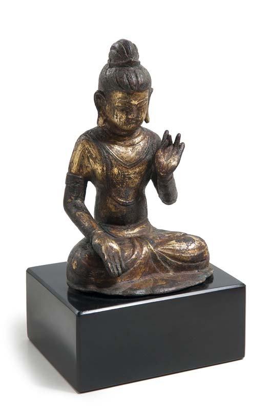 Buddha im Lotussitz, Bronze, partiell feuervergoldet, H: 18 cm, China, wohl Yunnan, Dali-Königreich, 12. Jh. Schätzpreis: 12.000-24.000 EUR