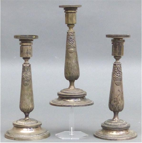 3 Augsburger Kerzenhalter, Silber mit Reliefdekor, H: 24 cm, J. G. Kröner (1790-1869) Taxpreis: 1.500 EUR