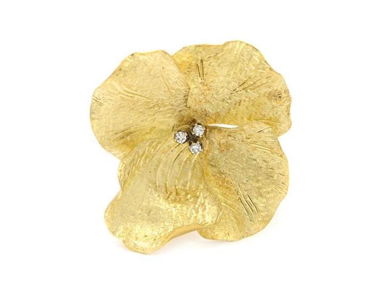 BROSCH, 18K guld, 3 åttkantslipade diamanter ca 0,06 ctv, 3,5 x 3,3 cm, vikt 7,5 g. Utropspris 2 400 SEK