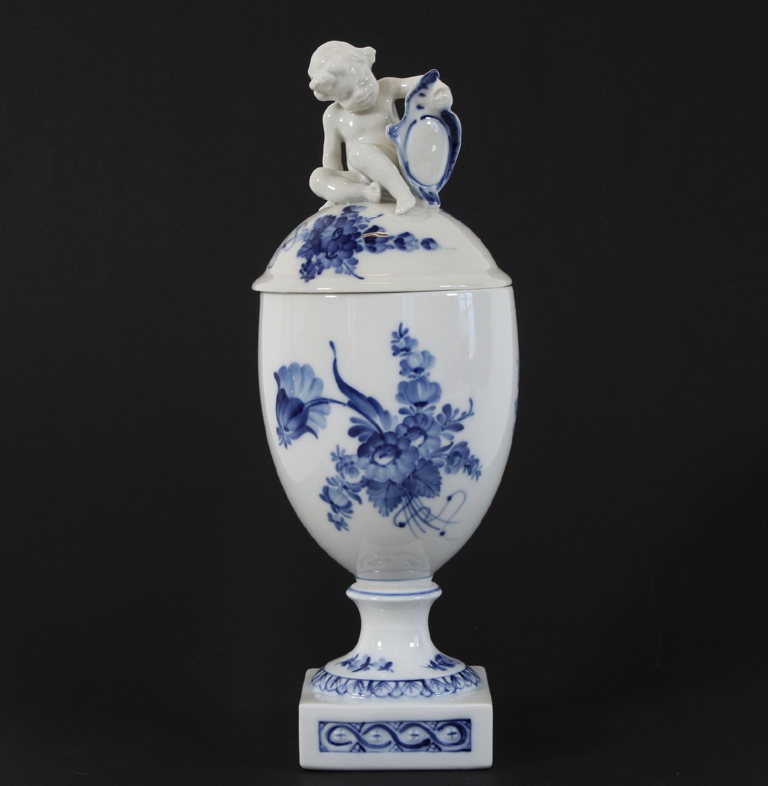 """Lockpokal, """"Blå blomst"""", Royal Copenhagen Krönt med putti. Modellnummer 1754. Andra sortering. (Höjd 31). Startpris: 100 SEK."""