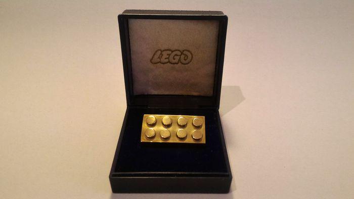 Pièce de LEGO en or 14 carats dans son écrin d'origine, adjugée 18 500 euros Image: courtesy of Catawiki
