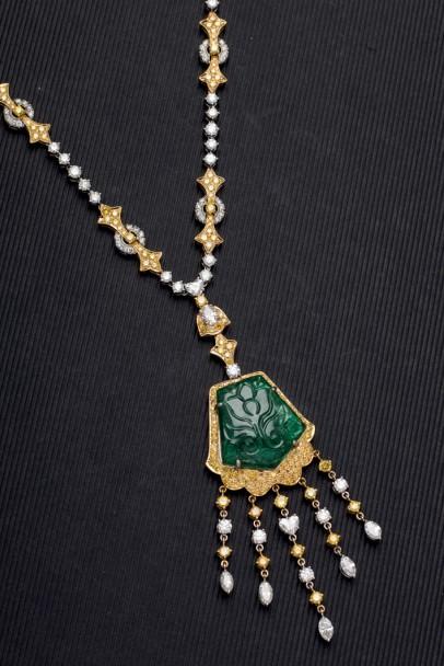 Goldenes Collier mit geschnitztem Smaragd (20,85 ct) und Diamanten (zus. 14,58 ct) Startpreis: 20.000 EUR
