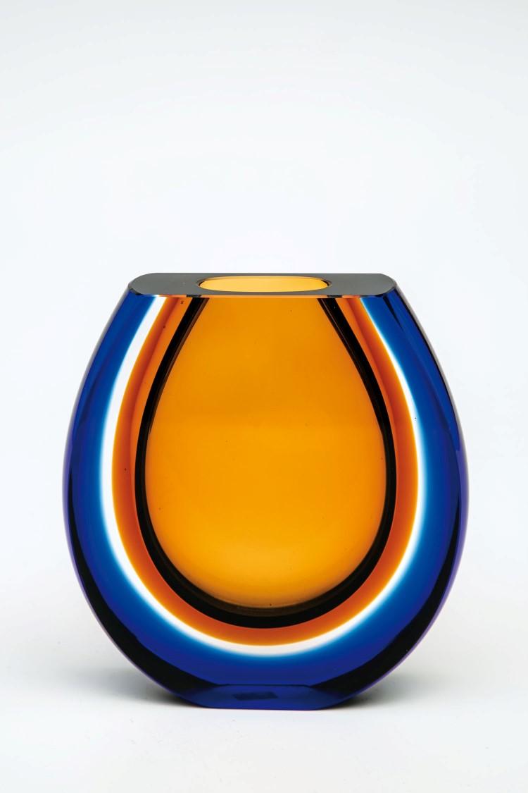 Farbloses Glas, innen bernsteinfarben unterfangen, außen blau überfangen, geschliffen und poliert. Unterseite in Gravur bez.: 312/62. H. 18 cm Lit.: H. Ricke, Czech Glass 1945-1980. Niedrigster Katalogpreis: 800 EUR
