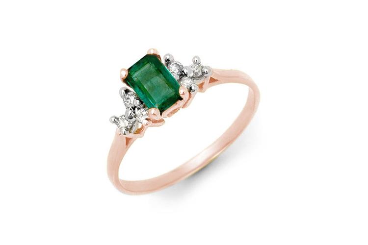14k guldring med diamanter och en grön smaragd. Utrop: 13.100 SEK US Jewelry Liquidation