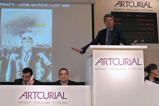 Lors de la vente aux enchères d'un dessin original de l'auteur Hugo Pratt, en 2009 chez Artcurial. Image LIONEL BONAVENTURE/AFP