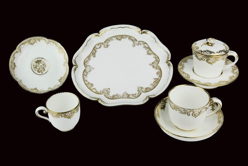 SEVRÈS oder VINCENNES - Teil eines Tafelservice, Porzellan mit Golddekor, Frankreich 1750-56 Schätzpreis: 15.000-18.000 EUR