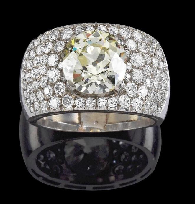 Ring aus Weißgold mit Altschliffbrillant (ca. 4 ct) und weiteren Diamanten (zus. ca. 1 ct) Rufpreis: 15.000 EUR