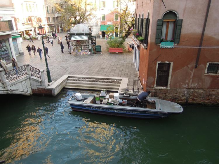 Tidigt på morgonen kommer varuleveranserna, på vattnet så klart. Båtarnas motorer surrar hemtrevligt.