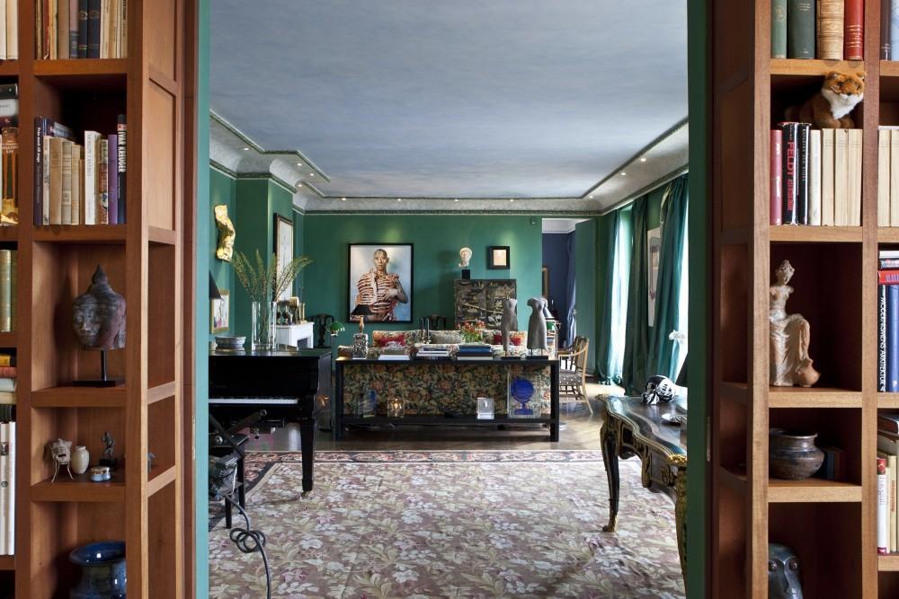 Blick aus der Bibliothek ins Wohnzimmer. In den Regalen befinden sich nicht nur Bücher, sondern auch Kunstobjekte aus aller Welt