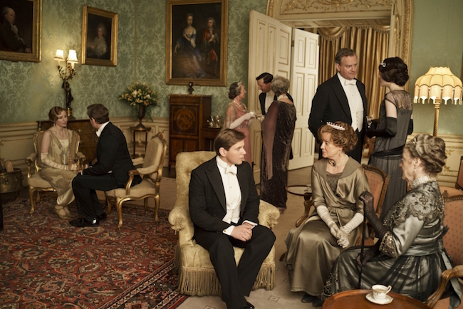 Downton Abbey S4nnThe fourth series, set in 1922, sees the return of our much loved characters in the sumptuous setting of Downton Abbey. As they face new challenges, the Crawley family and the servants who work for them remain inseparably interlinked.nnLAURA CARMICHAEL as Lady Edith, ALLEN LEECH as Tom Branson, JOANNA DAVID as Duchess of Yeovil, HUGH BONNEVILLE as Lord Grantham and MAGGIE SMITH as Violet, Dowager Countess