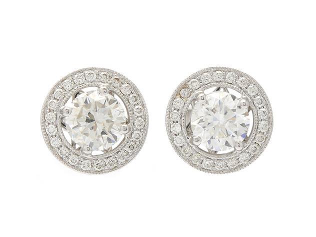 ÖRHÄNGEN, 18K vitguld, 2 briljantslipade diamanter ca 2,04 ctv, ca W-Cr(H-J)/P1, 44 briljantslipade diamanter ca 0,33 ctv, ca W(H)/VS, stift, 4,2 g. Utropspris: 59 000 SEK.