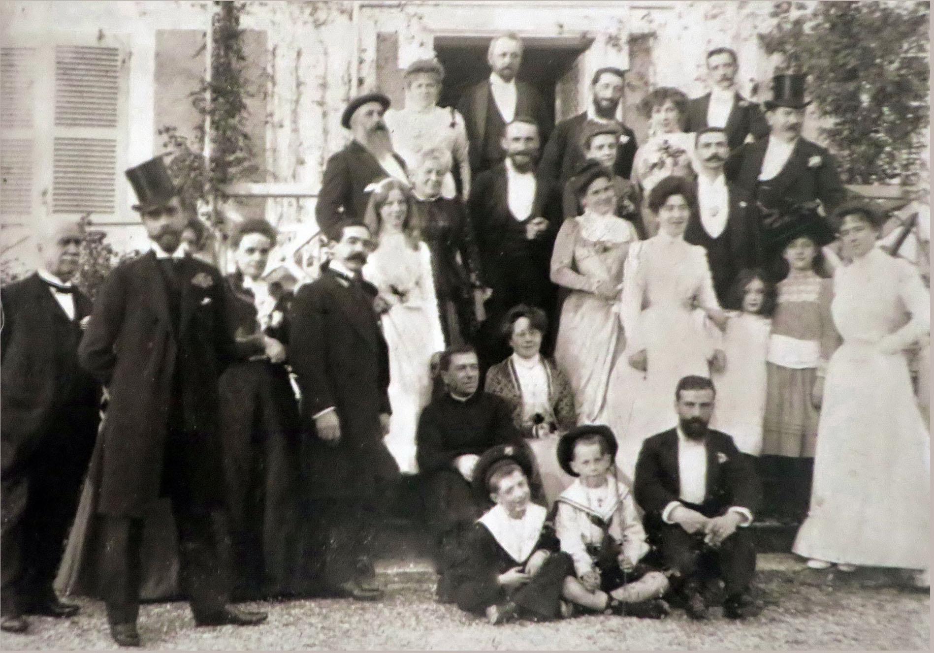 Giverny, 31 oktober 1900. Familjen Monet-Hoschedé firar äktenskapet mellan Marthe Hoschedé och Théodore Butler. Pierre Sisley sitter på marken till höger, hans syster Jeanne står bakom honom, Monet ligger på trappan till vänster. Bild via Flickr