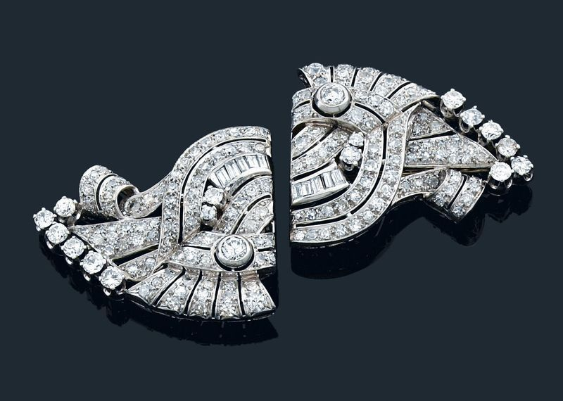 """Another example of a transformable jewel, a """"double clip"""" pin in platinum and white gold set with diamonds and diamonds baguettes Image: Antoine Aguttes"""