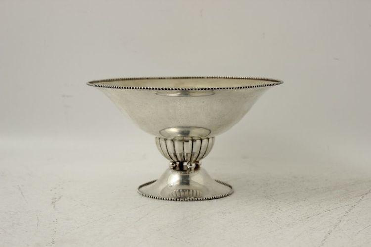 Nr 933 3367. Fruktskål. Silver, Importstämplar, höjd: 13 cm, diameter: 23 cm. Utropspris: 1 500 SEK.