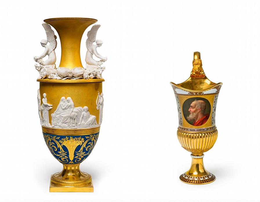 Gauche : vase avec reliefs, scène des noces aldobrandines, dit Nuptialvase, KPM Berlin, 1818 / Droite: aiguière avec portrait de Thalès, Sèvres 1814-24, images ©Lempertz