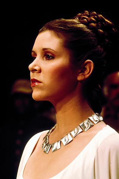 莉亞公主(嘉莉·費雪Carrie Fisher飾)穿戴由芬蘭品牌Lapponia珠寶設計的Planetoid Valleys項鍊。圖片資訊:Lucasfilm Ltd