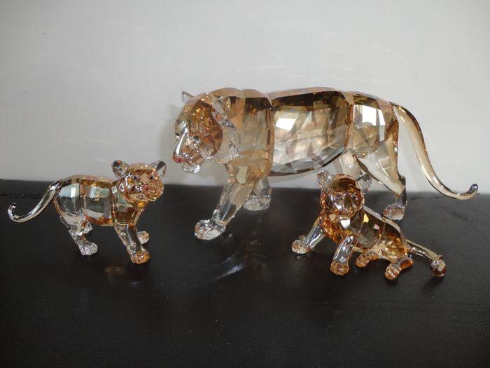 SWAROVSKI - Tiger mit zwei Jungen - 2010 Schätzpreis: 475-620 EUR Ergebnis: 440 EUR