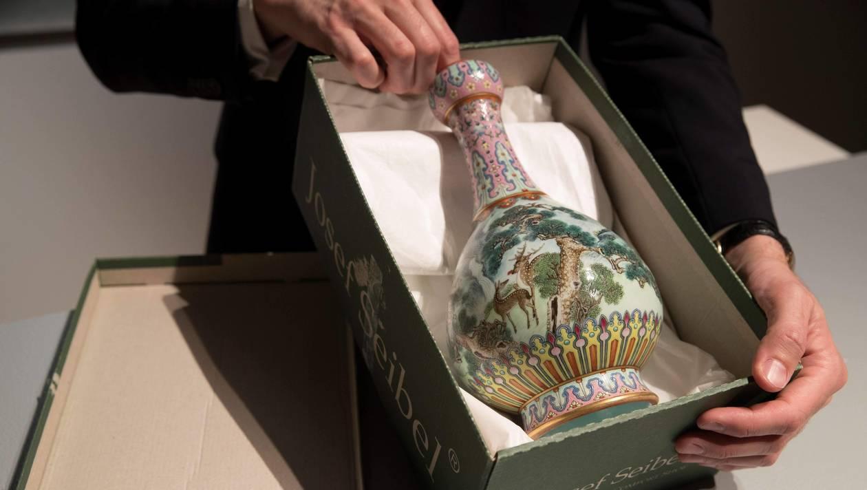 Le vase « Famille Rose », vendu mardi 12 juin chez Sotheby's, image ©AFP / Thomas SAMSON