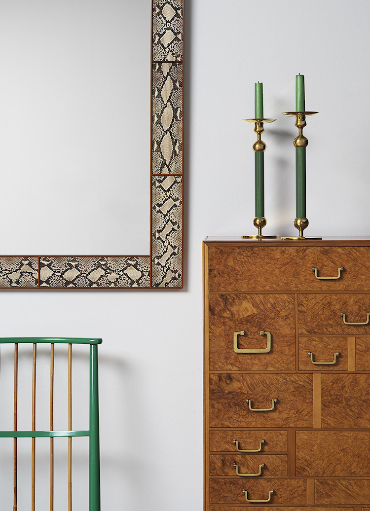 Sveriges utan tvekan just nu mest upphöjda formgivare är Josef Frank. Spegeln är i mitt tycke en av auktionens främsta föremål.
