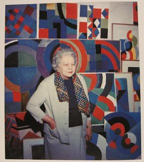 Sonia Delaunay in front of her work