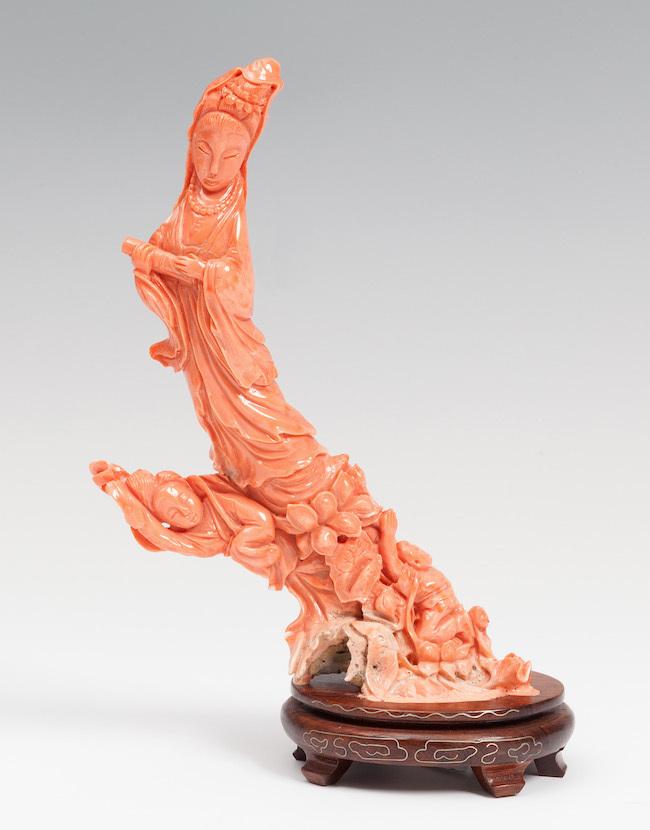 Skulptur av Guanyin, Kina, 1800-talets slut. Korall med träbotten.