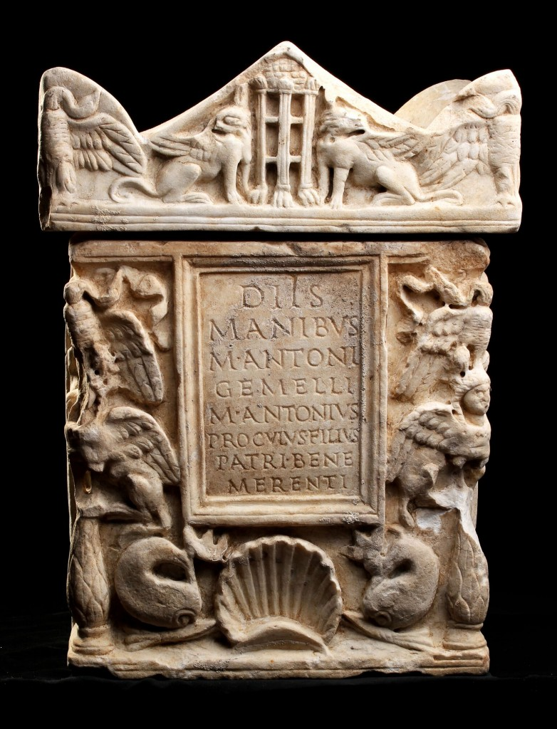 Marmor-Urne des Marcus Antonius Gemellus, H: 48 cm, 1.-2. Jh. Schätzpreis: 8.000-10.000 GBP (9.178-11.472 EUR)