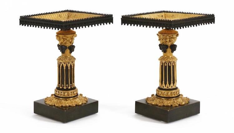 Det är inte så ofta man hittar ett par tazzor i nygotik, från 1800-talets första hälft på auktion i Sverige. Startpris är 100 kronor på Dalarnas Auktionsbyrå