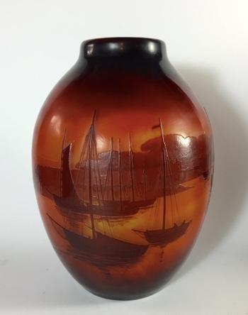 """EMILE GALLÉ - Vase """"Fischerboote im Abendrot vor felsiger Küste"""", H: 27 cm, D: 19 cm, signiert Limitpreis: 1.500 EUR"""