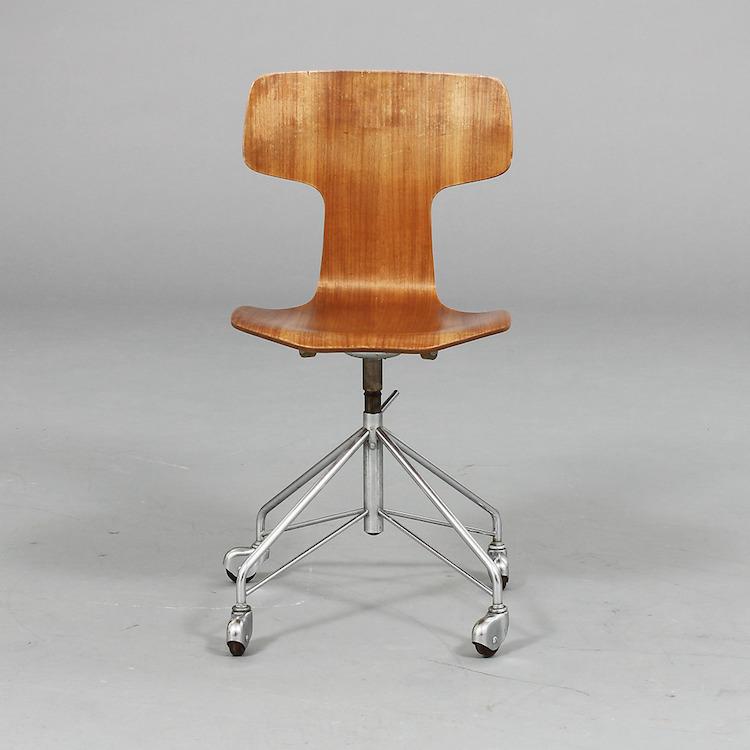"""SKRIVBORDSSTOL, modell 3113 """"T-stolen"""", etikettmärkt Arne Jacobsen för Fritz Hansen, 1965, Danmark. Utropspris 5 000 SEK, Göteborgs auktionsverk"""