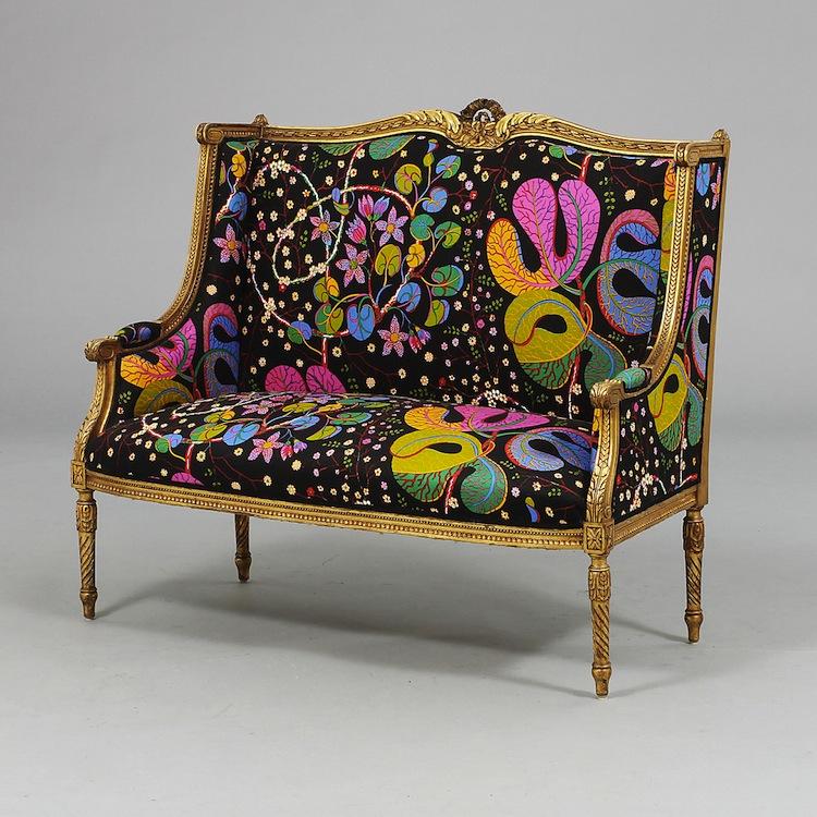 """Om man inte har råd med en Josef Frank-soffa från Svenskt Tenn eller om man är trött på det gamla guldbruna sammetstyget på mormors ärvda soffa kan man göra som den tidigare ägaren till denna soffa i Louis XVI- stil. Tack vare """"Theran-tyg"""" av Josef Frank har man helt plötsligt fått en antik modern soffa. Utropet är 8 000 kronor på Göteborgs Auktionsverk"""