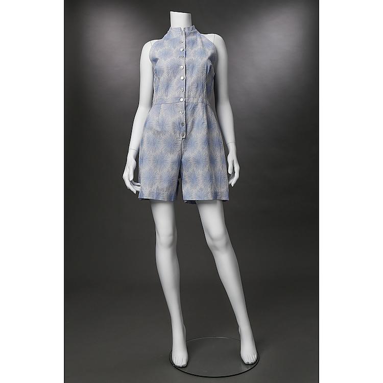 BYXDRESS, Greta Garbo. Gisele couture. Bomull. Vit botten med blå stiliserade blommor. Knappar. Utropspris 2 000 SEK.