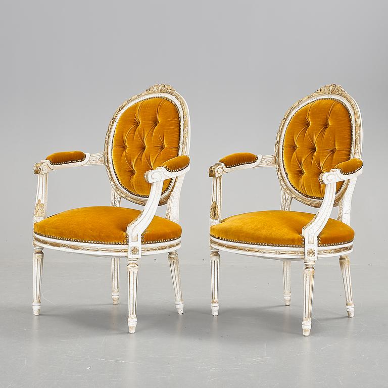 KARMSTOLAR. Ett par, gustaviansk stil, 1900-talets början. Utropspris: 3 000 SEK. Bukowskis market.