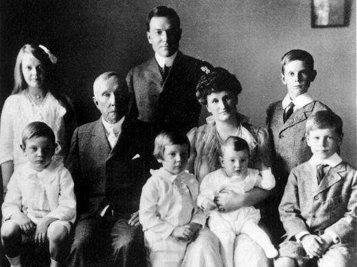 John D. Rockefeller Sr. (1839-1937), John D. Rockefeller Jr., Abby Aldrich Rockefeller und die sechs Kinder Abby, John, Nelson, Laurence, Winthrop und David (auf dem Schoß der Mutter) im Jahre 1916 Foto via lohud.com