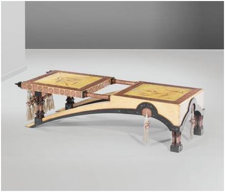 Carlo Bugatti. Bänk i svartbetsat trä, pergamentbeläggning, sidenbeslag, och detaljer i tenn och koppar. Utrop: 185 000 SEK Cambi