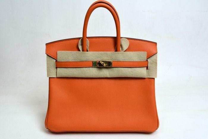 Bolso HERMÈS, modelo Birkin 25 en cuero de color naranja. Precio estimado: 12.300-16.000 €