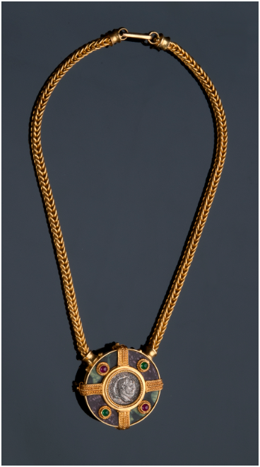 MASSIMO MARIA MELIS - yellow gold necklace in antique style with Roman polychrome marble (porphyry and serpentine), emeralds, rubies and a silver denarius of Caracalla (216), Rome Estimate: 7 500-8 500 EUR
