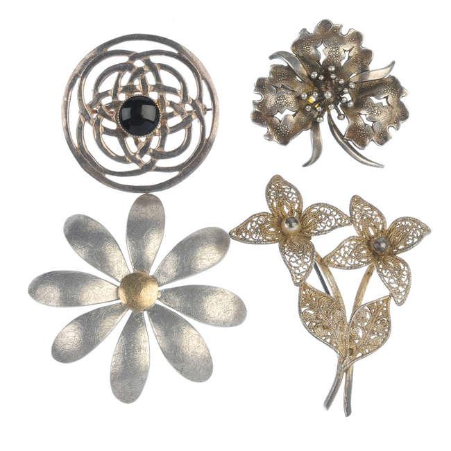 Smycken i silver och vit metall. Utrop: 2,000 sek. Fellows & Sons